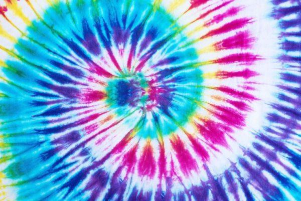 Tie Dye é a tendência do momento e você vai querer usar também